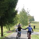 Přátelské plácnutí Toma s druhým bikerem
