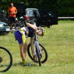 Občas si musí závodníci i nahodit spadený řetěz