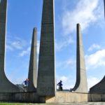 Kluci u památníku obětí z 2. světové války