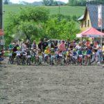 Závodní pole eliťáků před startem