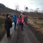 Holešovští Poklaíšci a přátelé na cestě u kamenného domku