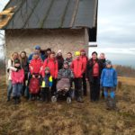 Holešovští Poklaíšci a přátelé u kamenného domku