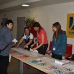 Renča vyzvedává startovní čísla na ředitelství závodu v Kutné Hoře