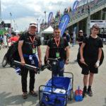 Mechanici týmu Jaryn a Karel s Tondou odjíždí na pozice