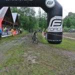Tom projíždí cílem prvního závodu sezóny
